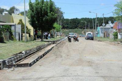 Ya ejecutan el cordón cuneta, la apertura de calles y la red de agua en el barrio La Movediza