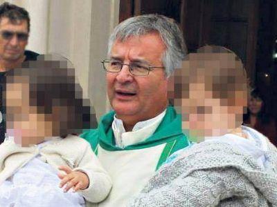 Una misa con un párroco en capilla