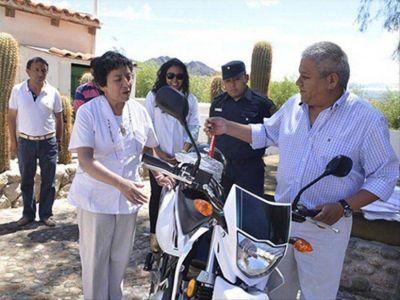 Una motocicleta e insumos para el hospital de Molinos