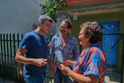 Zabaleta entregó escrituras de viviendas a vecinos en sus casas