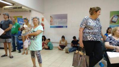 [#LuzYFuerza] En el único centro de atención de EDEA, la gente se sienta en el piso