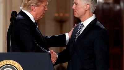 Trump asegura un juez conservador en la Corte Suprema