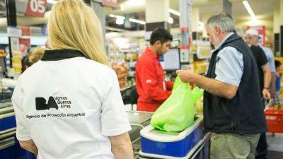 A un mes de la prohibición, venden bolsas plásticas en algunos súper
