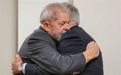 En medio de los escándalos de corrupción, Lula se despide de su mujer y apoyo clave