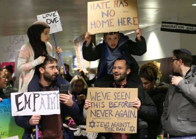 Padres judíos y musulmanes protestan juntos con sus hijos en contra de la política inmigratoria racista