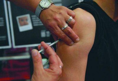 Para prevenir cánceres, aplican la vacuna del VPH a varones