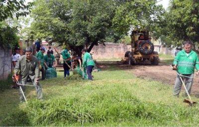 Capitanich cortó pasto en el barrio Mujeres Argentinas