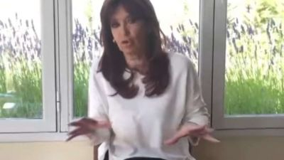 Cristina Kirchner volvió a filmarse haciendo trámites y criticó a Bonadio por citar a sus hijos