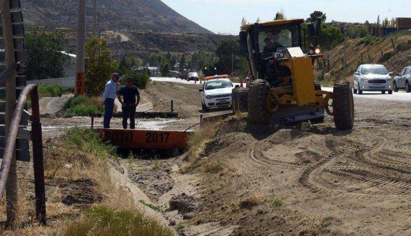 El municipio limpia los canales evacuadores de Kilómetro 3