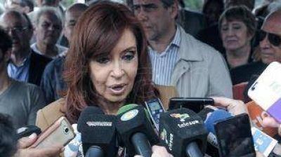 Cristina Kirchner regresa a Buenos Aires y planea reuniones políticas de cara a los comicios