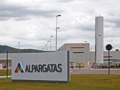 Más suspensiones en Alpargatas