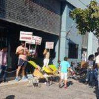Cesanteados de la Secretaría de Trabajo se encadenaron para reclamar su reincorporación