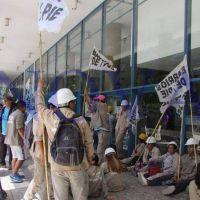 Protesta de personal encargado de la limpieza y saneamiento de arroyos bonaerenses