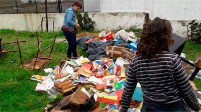 Piden que Baragiola brinde respuestas por los libros tirados a la calle