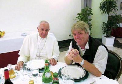 """El supuesto vocero del Papa muestra una carta de él para probar que no hay """"mala onda"""""""