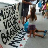 Vecinos del Barrio Mozart realizan una permanencia de protesta en la Comuna