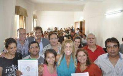 Marisa Fassi entregó escrituras a vecinos de Cañuelas