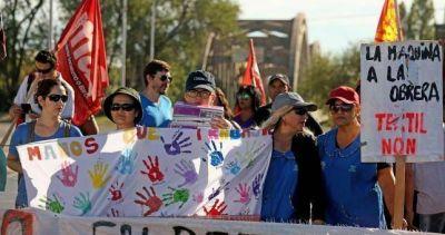 """""""Las leonas"""" de la Textil Neuquén siguen peleando por sus empleos"""