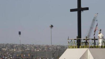 Una estatua de Papa Francisco en la frontera entre México y Estados Unidos