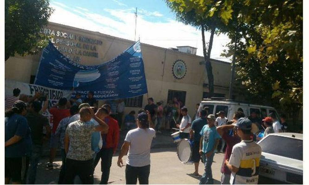 Trabajadores tomaron el Sindicato de la Carne y amenazan con cortar Panamericana