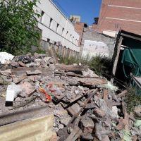 La basura se adueña de una construcción céntrica