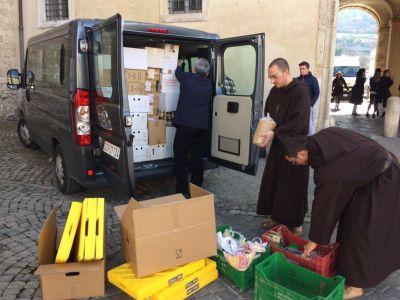 La doble solidaridad del Papa: Compra a damnificados del terremoto y lo regala a sin techo