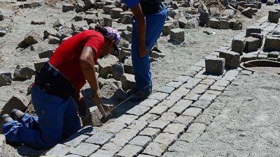 Un trabajo artesanal para preservar los adoquines centenarios de San Fernando