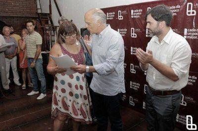 GRINDETTI Y CURUTCHET ENTREGÓ ESCRITURAS A VECINOS DEL BARRIO SIAM