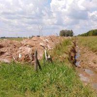 Desentuban zanjón Alsina para mejorar escurrimiento de las aguas en La Emilia
