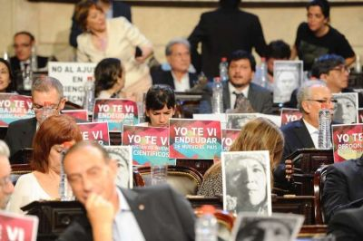Apertura de sesiones ordinarias: los carteles que esperaron a Macri en el recinto