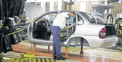 Pese a la suba de las ventas, las automotrices suspenden a casi 1.000 operarios
