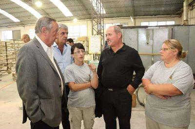 """Lunghi junto a trabajadores de cerámica blanca: """"son un ejemplo de trabajo y esfuerzo"""""""