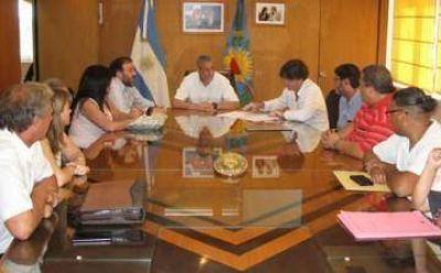 Ferraresi pateó el tablero: anunció acuerdo salarial con tres gremios