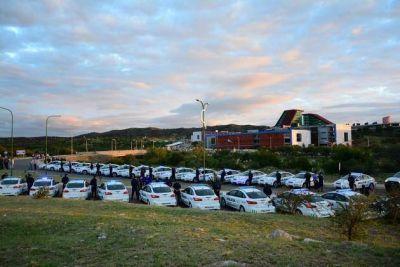 El gobernador entregó 104 nuevos vehículos a la Policía de la Provincia