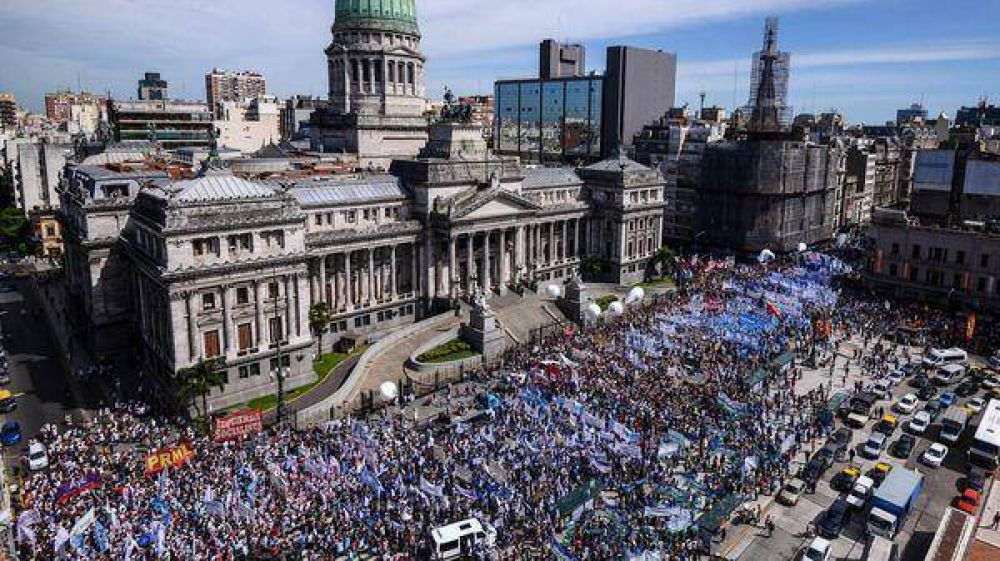 Paro docente: multitudinaria marcha de maestros al Ministerio de Educación