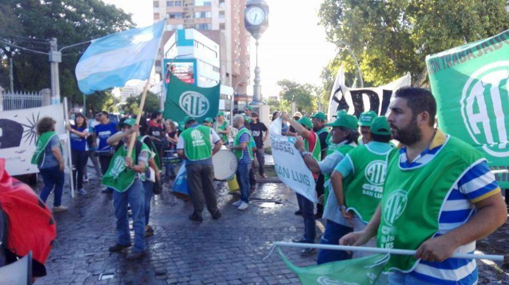"""Clase pública, marcha y """"paro simbólico"""": así fue la jornada de la protesta docente en San Luis"""