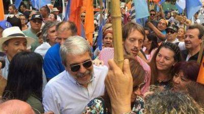 Aníbal Fernández quiso entrar al palco principal de la CGT pero lo echaron con personal de seguridad
