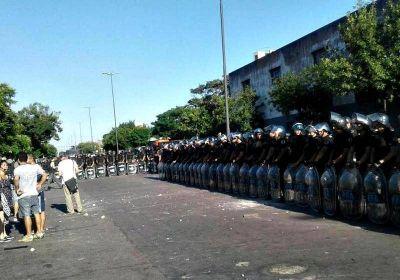 Barrabravas y Gendarmes: la sombra de un desalojo salvaje cubre la planta tomada de AGR-Clarín