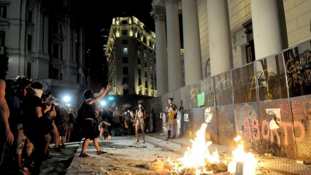 Incidentes frente a la Catedral de Buenos Aires tras la marcha por el Día de la Mujer