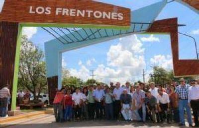 Peppo inauguró el portal de acceso a la localidad de Los Frentones