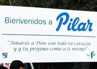 SE COLOCÓ EL PRIMER CARTEL DE BIENVENIDA A LA CIUDAD DE PILAR CON UNA CITA BÍBLICA