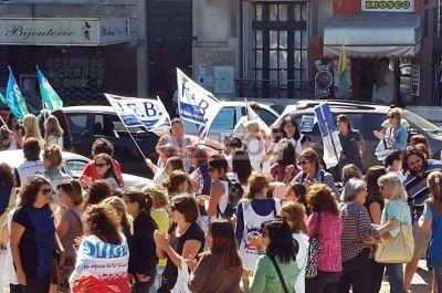 Docentes realizaron una masiva caravana de protesta por la ciudad