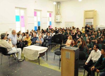 El Gobernador brindó una charla sobre los refugiados en la Escuela de Arte de Villa Mercedes