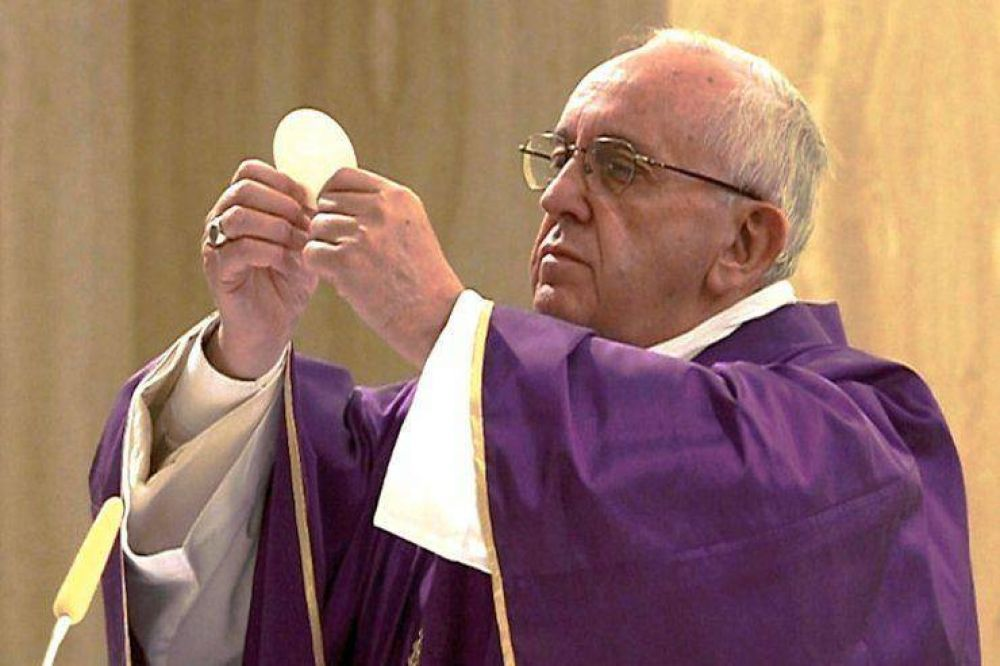 El Papa en Sta. Marta: ser indiferente acaba por corrompernos