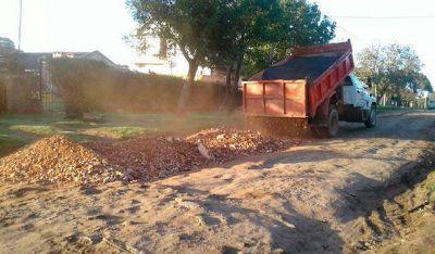 Arreglos de calles: Emvial envía granza a la Delegación Puerto, pero allí dicen que no hay materiales