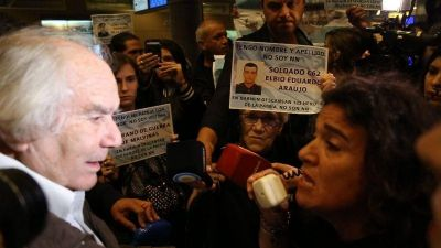 Veteranos y familiares de caídos en Malvinas escracharon a Pérez Esquivel