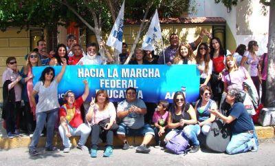 Una nutrida movilización coronó el quinto día de paro docente en nuestra provincia