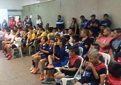 La Fundación Curuchet entregó material deportivo a clubes de Fútbol y Rugby