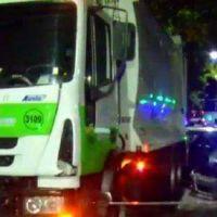 Un recolector de residuos herido por el choque de un auto contra su camión