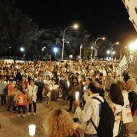 Docentes portando antorchas marcharon por las calles céntricas e hicieron oír su reclamo